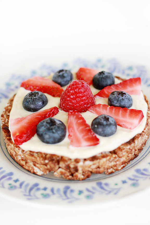 Whipped Peanut Butter Greek Yogurt Rice Cakes with Berries. Delicious for breakfast or an afternoon snack!