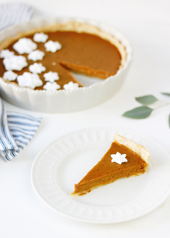 Pumpkin Pie with Meringues | Thanksgiving Dessert Ideas | Thanksgiving Party Inspiration | Thanksgiving Dessert | Thanksgiving Dinner | Pumpkin Pie Recipe | Fall Baking Inspiration