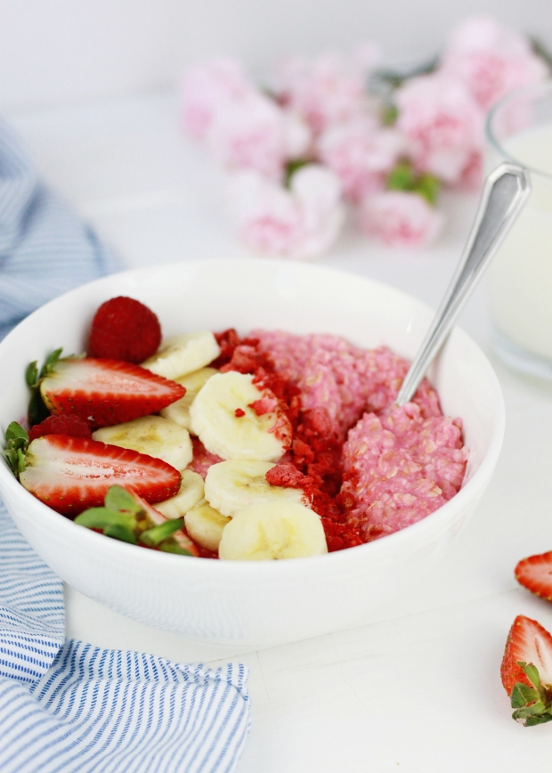 Strawberry Oatmeal Bowl | Strawberry Breakfast | Healthy Breakfast Ideas | Pink Breakfast Inspiration | Pink Oatmeal | Breakfast Bowl Inspiration