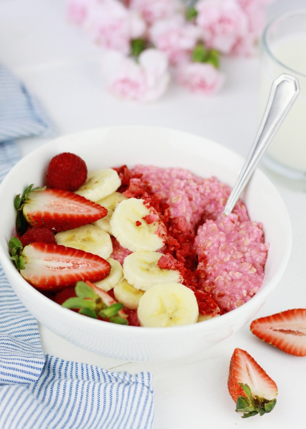 Strawberry Oatmeal Bowl | Strawberry Breakfast | Healthy Breakfast Ideas | Pink Breakfast Inspiration | Pink Oatmeal | Breakfast Bowl Inspiration